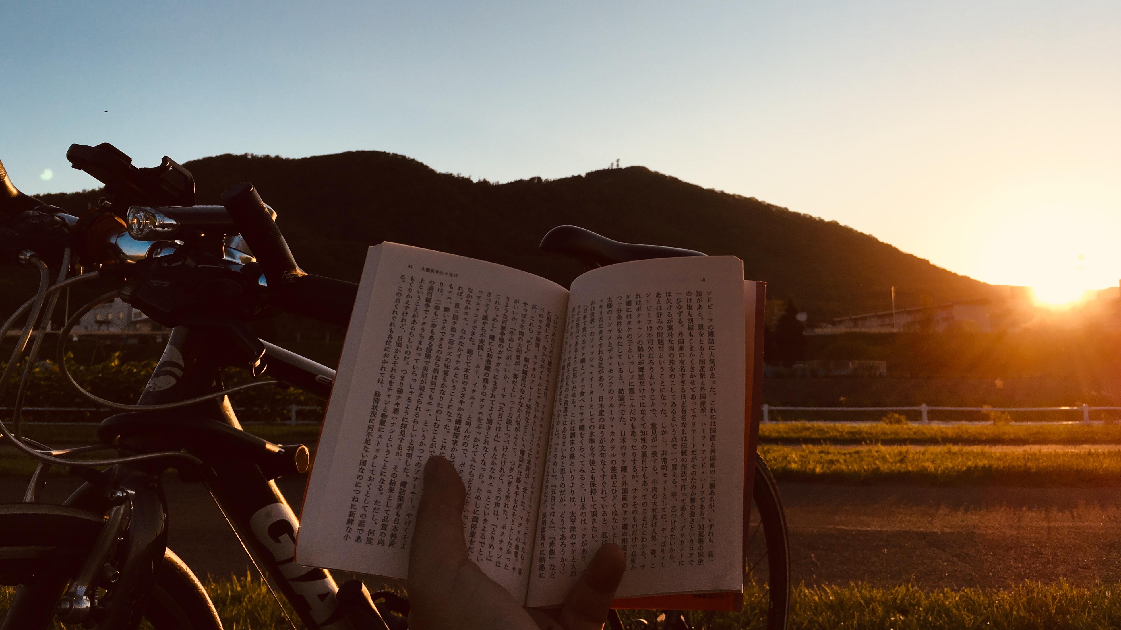 札幌・豊平川で本を読む